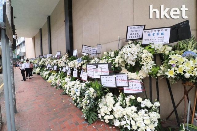 Khung cảnh tại tang lễ Vua sòng bài Macau ngày thứ 2: Người dân mang di ảnh đến viếng, quan chức cấp cao và giới doanh nhân cũng có mặt - Ảnh 13.