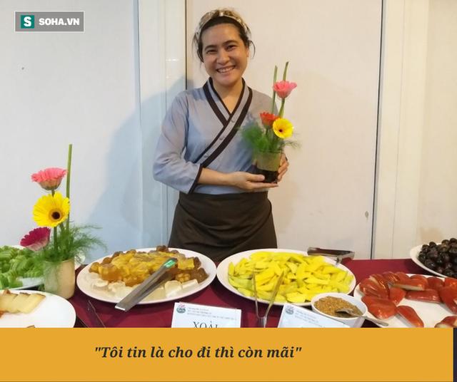"""Chị Phượng """"khùng"""" ở Sài Gòn bỏ làm thầu xây dựng, mở quán ăn tùy bụng - trả tùy tâm, ngày bù lỗ 1 triệu đồng - Ảnh 1."""