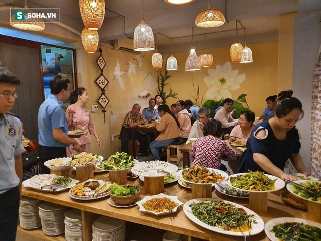 """Chị Phượng """"khùng"""" ở Sài Gòn bỏ làm thầu xây dựng, mở quán ăn tùy bụng - trả tùy tâm, ngày bù lỗ 1 triệu đồng - Ảnh 2."""