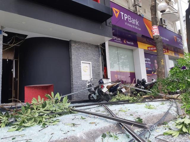Hà Nội: Sau tiếng nổ lớn, mảnh kính tòa nhà văng xuống đường trúng ô tô khiến 2 người nhập viện cấp cứu - Ảnh 2.