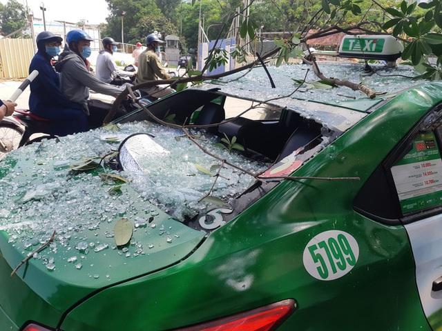 Hà Nội: Sau tiếng nổ lớn, mảnh kính tòa nhà văng xuống đường trúng ô tô khiến 2 người nhập viện cấp cứu - Ảnh 3.