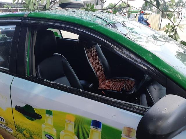 Hà Nội: Sau tiếng nổ lớn, mảnh kính tòa nhà văng xuống đường trúng ô tô khiến 2 người nhập viện cấp cứu - Ảnh 4.