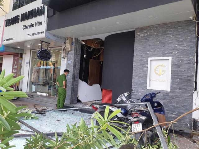 Hà Nội: Sau tiếng nổ lớn, mảnh kính tòa nhà văng xuống đường trúng ô tô khiến 2 người nhập viện cấp cứu - Ảnh 5.