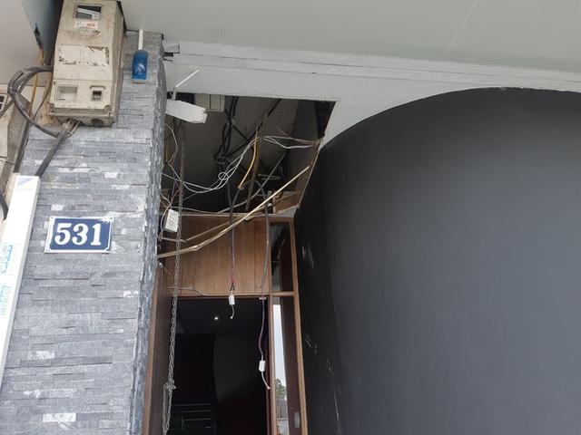 Hà Nội: Sau tiếng nổ lớn, mảnh kính tòa nhà văng xuống đường trúng ô tô khiến 2 người nhập viện cấp cứu - Ảnh 9.