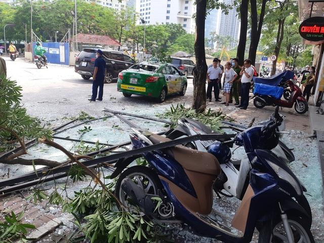 Hà Nội: Sau tiếng nổ lớn, mảnh kính tòa nhà văng xuống đường trúng ô tô khiến 2 người nhập viện cấp cứu - Ảnh 10.