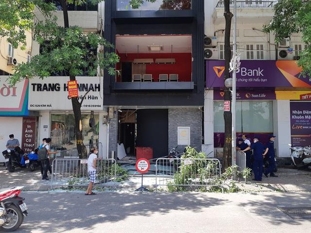 Hà Nội: Sau tiếng nổ lớn, mảnh kính tòa nhà văng xuống đường trúng ô tô khiến 2 người nhập viện cấp cứu - Ảnh 11.