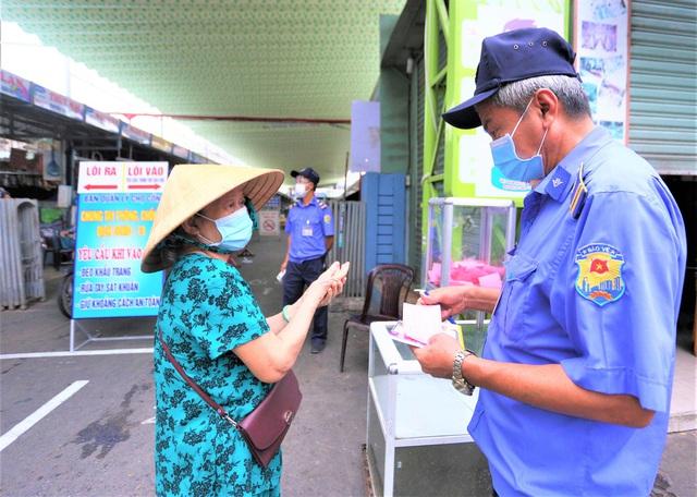 Ảnh: Ngày đầu người dân Đà Nẵng thực hiện đi chợ bằng phiếu ngày chẵn lẻ - Ảnh 2.