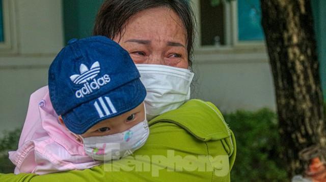 Nghẹn ngào giây phút bé 8 tháng tuổi ở Đà Nẵng chiến thắng COVID-19 về với gia đình - Ảnh 2.