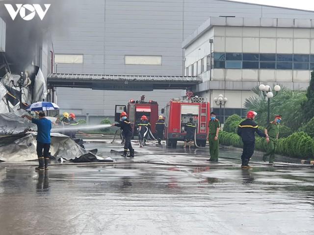 Ảnh: Hiện trường vụ cháy tại khu công nghiệp Yên Phong, Bắc Ninh  - Ảnh 4.