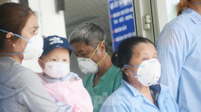 Nghẹn ngào giây phút bé 8 tháng tuổi ở Đà Nẵng chiến thắng COVID-19 về với gia đình - Ảnh 4.