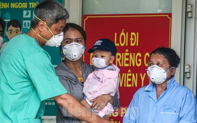 Nghẹn ngào giây phút bé 8 tháng tuổi ở Đà Nẵng chiến thắng COVID-19 về với gia đình - Ảnh 5.