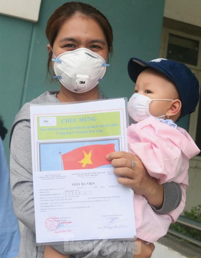 Nghẹn ngào giây phút bé 8 tháng tuổi ở Đà Nẵng chiến thắng COVID-19 về với gia đình - Ảnh 6.
