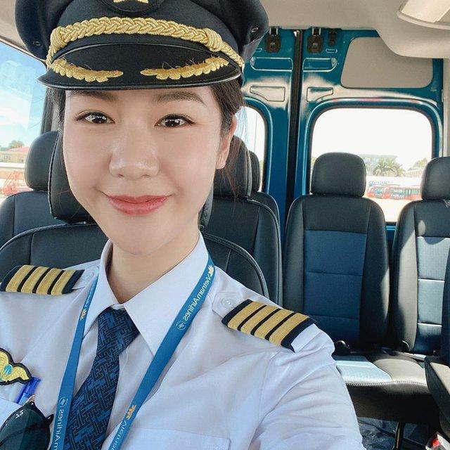 Tiểu sử ít biết về nữ cơ trưởng Huỳnh Lý Đông Phương: Từng lén gia đình đi thi lái máy bay chiến đấu, muốn làm phi công nhưng bị say máy bay - Ảnh 11.
