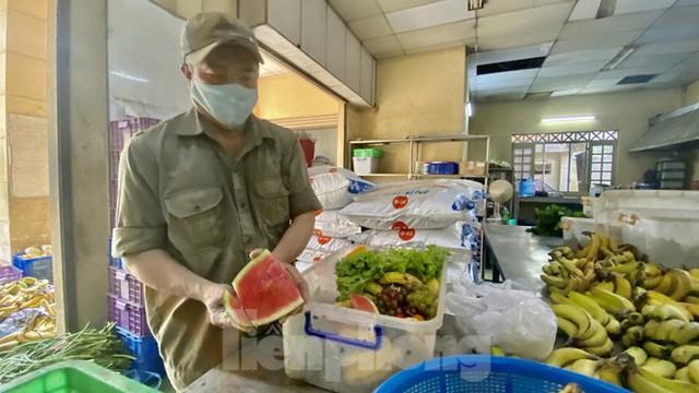 Người dân TPHCM góp hàng tấn rau củ quả cứu đói bầy thú Thảo Cầm Viên mùa dịch COVID-19 - Ảnh 11.