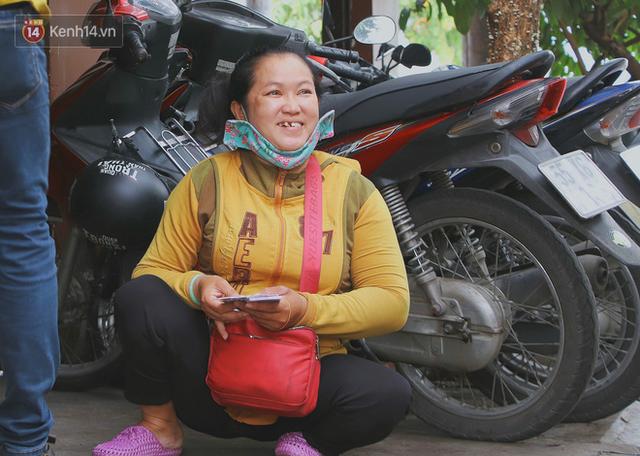 Bố bỏ nhà theo vợ nhỏ, bé trai 9 tuổi đi bán vé số khắp Sài Gòn kiếm tiền chữa bệnh cho người mẹ tật nguyền - Ảnh 12.