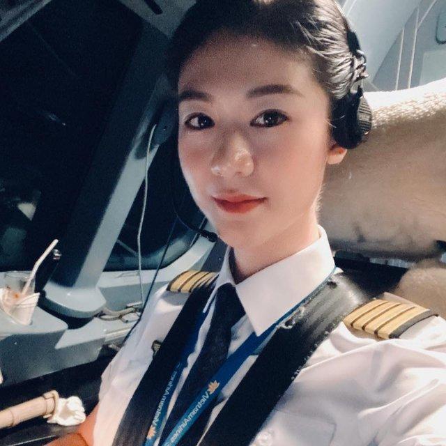 Tiểu sử ít biết về nữ cơ trưởng Huỳnh Lý Đông Phương: Từng lén gia đình đi thi lái máy bay chiến đấu, muốn làm phi công nhưng bị say máy bay - Ảnh 12.