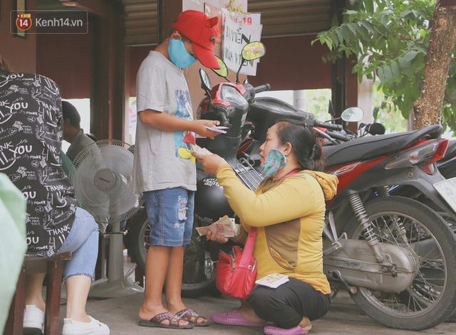 Bố bỏ nhà theo vợ nhỏ, bé trai 9 tuổi đi bán vé số khắp Sài Gòn kiếm tiền chữa bệnh cho người mẹ tật nguyền - Ảnh 13.