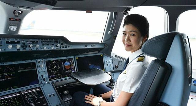 Tiểu sử ít biết về nữ cơ trưởng Huỳnh Lý Đông Phương: Từng lén gia đình đi thi lái máy bay chiến đấu, muốn làm phi công nhưng bị say máy bay - Ảnh 15.