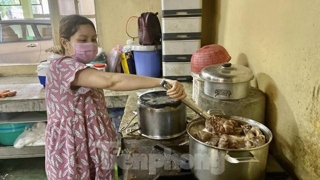 Người dân TPHCM góp hàng tấn rau củ quả cứu đói bầy thú Thảo Cầm Viên mùa dịch COVID-19 - Ảnh 17.