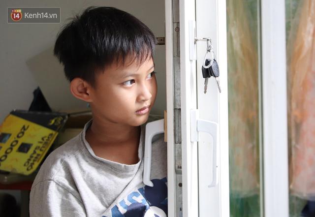 Bố bỏ nhà theo vợ nhỏ, bé trai 9 tuổi đi bán vé số khắp Sài Gòn kiếm tiền chữa bệnh cho người mẹ tật nguyền - Ảnh 3.