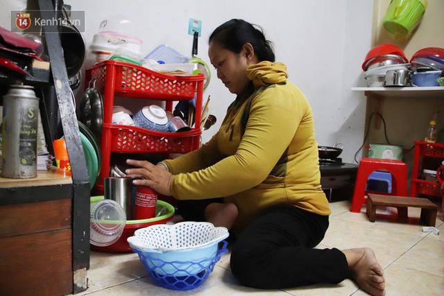 Bố bỏ nhà theo vợ nhỏ, bé trai 9 tuổi đi bán vé số khắp Sài Gòn kiếm tiền chữa bệnh cho người mẹ tật nguyền - Ảnh 4.