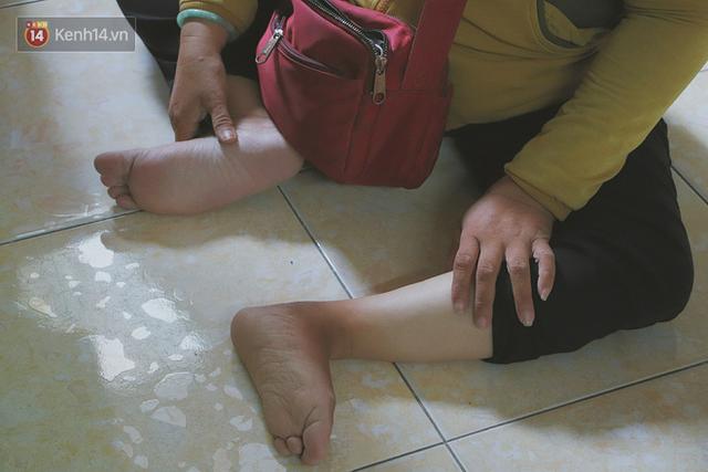 Bố bỏ nhà theo vợ nhỏ, bé trai 9 tuổi đi bán vé số khắp Sài Gòn kiếm tiền chữa bệnh cho người mẹ tật nguyền - Ảnh 5.