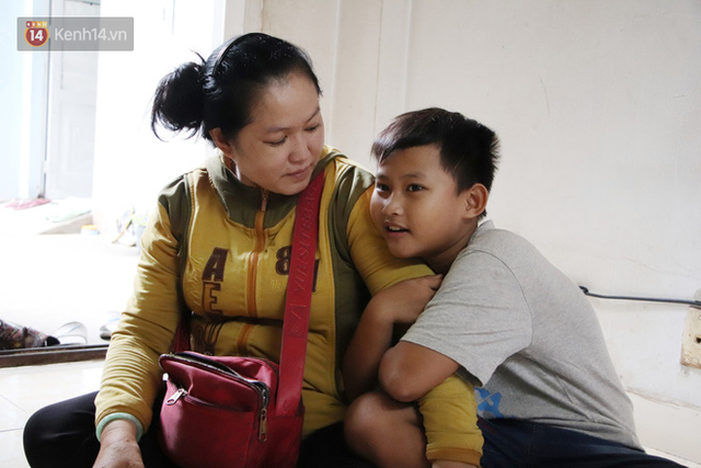Bố bỏ nhà theo vợ nhỏ, bé trai 9 tuổi đi bán vé số khắp Sài Gòn kiếm tiền chữa bệnh cho người mẹ tật nguyền - Ảnh 6.