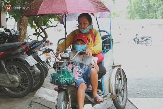 Bố bỏ nhà theo vợ nhỏ, bé trai 9 tuổi đi bán vé số khắp Sài Gòn kiếm tiền chữa bệnh cho người mẹ tật nguyền - Ảnh 8.