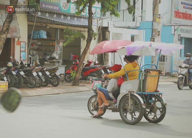 Bố bỏ nhà theo vợ nhỏ, bé trai 9 tuổi đi bán vé số khắp Sài Gòn kiếm tiền chữa bệnh cho người mẹ tật nguyền - Ảnh 9.