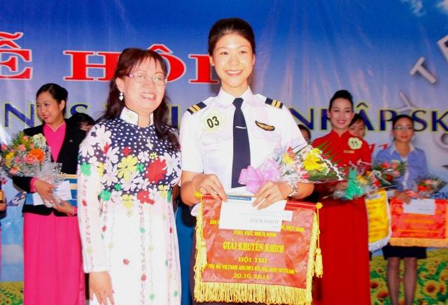 Tiểu sử ít biết về nữ cơ trưởng Huỳnh Lý Đông Phương: Từng lén gia đình đi thi lái máy bay chiến đấu, muốn làm phi công nhưng bị say máy bay - Ảnh 10.