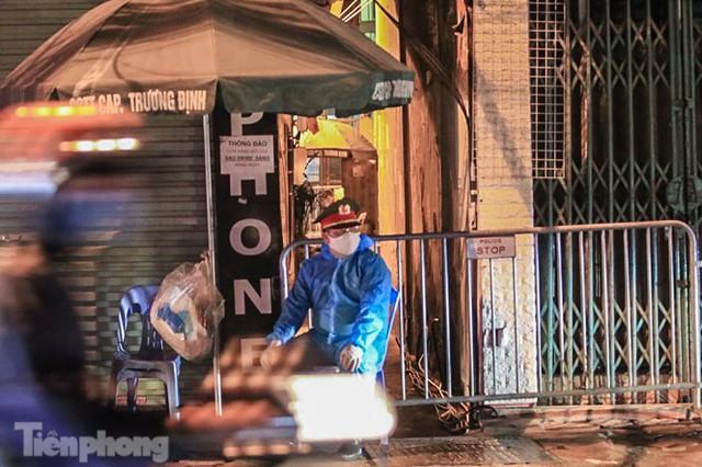 Phong tỏa ngõ trên phố Trương Định có người nghi mắc COVID-19 trong đêm - Ảnh 1.