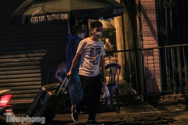 Phong tỏa ngõ trên phố Trương Định có người nghi mắc COVID-19 trong đêm - Ảnh 5.