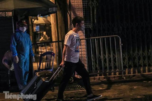 Phong tỏa ngõ trên phố Trương Định có người nghi mắc COVID-19 trong đêm - Ảnh 6.