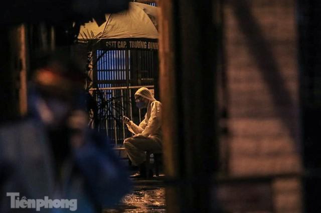 Phong tỏa ngõ trên phố Trương Định có người nghi mắc COVID-19 trong đêm - Ảnh 7.