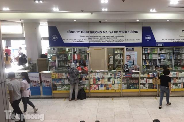 Dân mỏi mắt tìm mua khẩu trang y tế ở chợ thuốc lớn nhất Hà Nội - Ảnh 1.