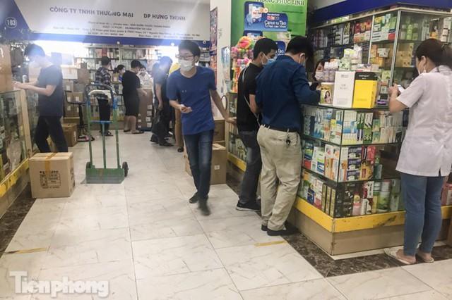 Dân mỏi mắt tìm mua khẩu trang y tế ở chợ thuốc lớn nhất Hà Nội - Ảnh 2.