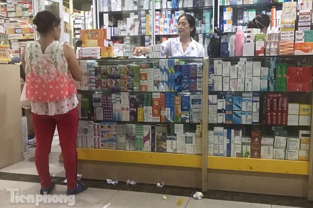 Dân mỏi mắt tìm mua khẩu trang y tế ở chợ thuốc lớn nhất Hà Nội - Ảnh 3.