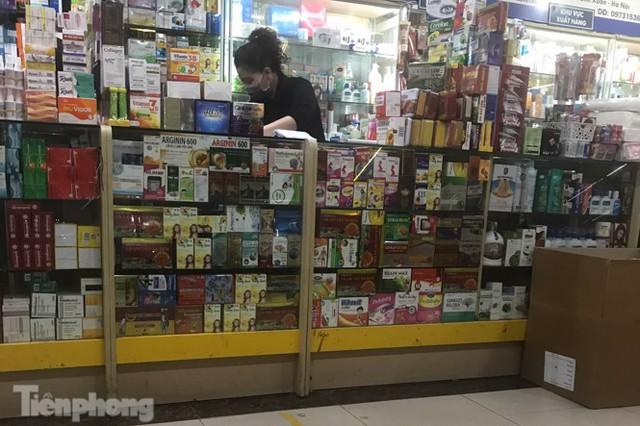 Dân mỏi mắt tìm mua khẩu trang y tế ở chợ thuốc lớn nhất Hà Nội - Ảnh 4.