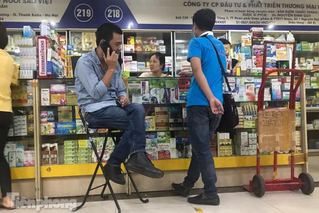 Dân mỏi mắt tìm mua khẩu trang y tế ở chợ thuốc lớn nhất Hà Nội - Ảnh 5.