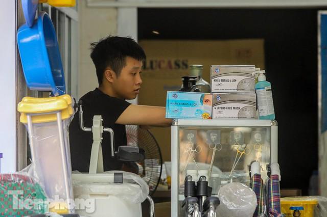 Dân mỏi mắt tìm mua khẩu trang y tế ở chợ thuốc lớn nhất Hà Nội - Ảnh 7.