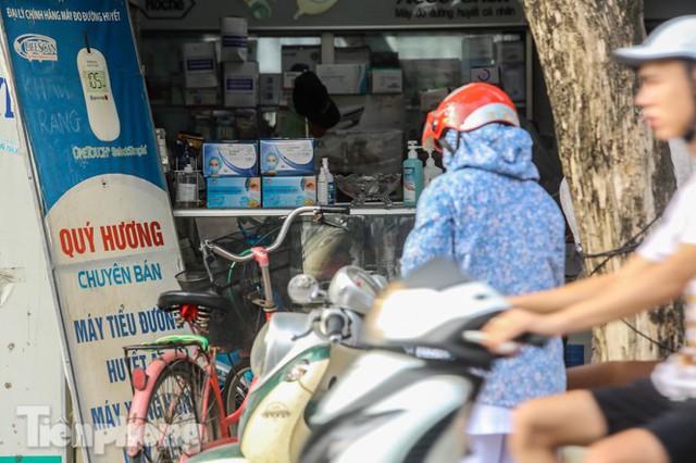 Dân mỏi mắt tìm mua khẩu trang y tế ở chợ thuốc lớn nhất Hà Nội - Ảnh 8.