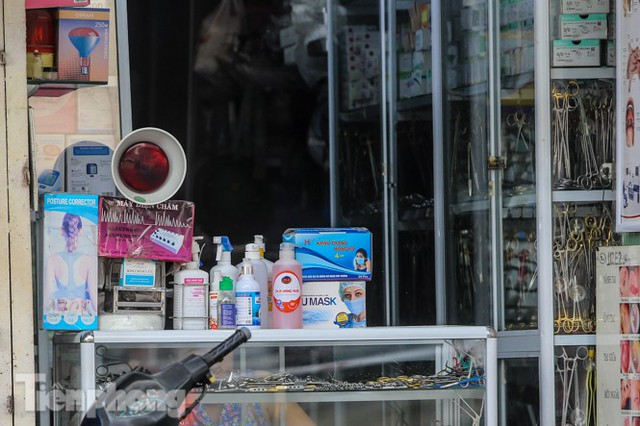 Dân mỏi mắt tìm mua khẩu trang y tế ở chợ thuốc lớn nhất Hà Nội - Ảnh 9.