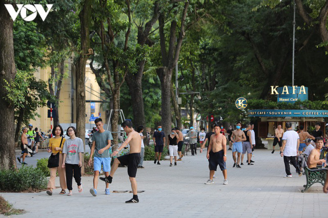 Ảnh: Bất chấp Covid-19, nhiều người Hà Nội không đeo khẩu trang quanh Hồ Gươm - Ảnh 2.
