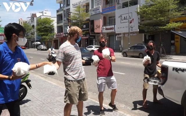 Người nước ngoài hỗ trợ dân nghèo tại Đà Nẵng chống dịch Covid-19 - Ảnh 2.