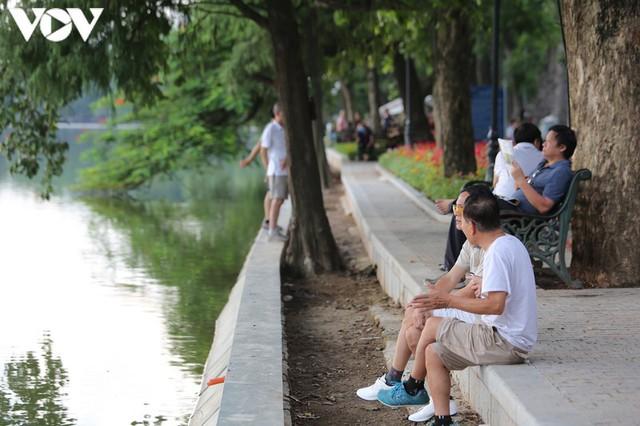 Ảnh: Bất chấp Covid-19, nhiều người Hà Nội không đeo khẩu trang quanh Hồ Gươm - Ảnh 5.