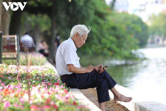 Ảnh: Bất chấp Covid-19, nhiều người Hà Nội không đeo khẩu trang quanh Hồ Gươm - Ảnh 8.