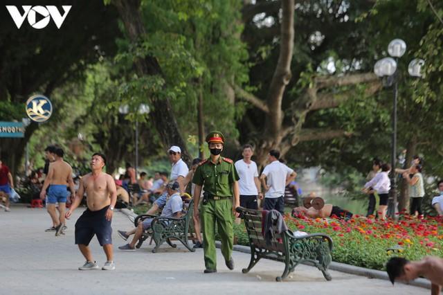 Ảnh: Bất chấp Covid-19, nhiều người Hà Nội không đeo khẩu trang quanh Hồ Gươm - Ảnh 9.