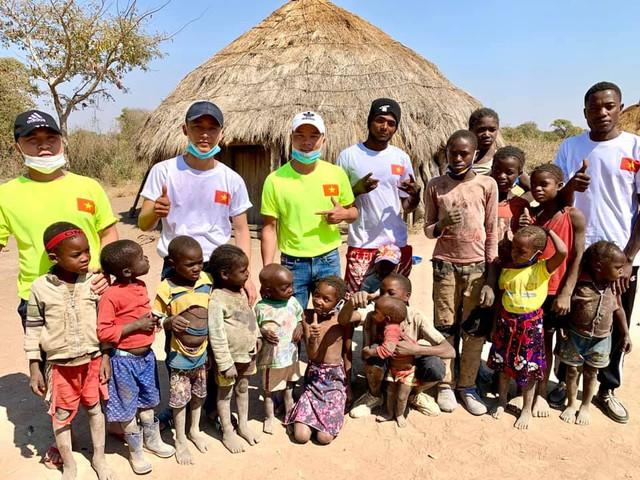 Review cuộc sống ở châu Phi, youtuber Việt đạt 1 triệu đăng ký sau 1 năm, thu nhập vài trăm triệu/tháng, thường xuyên làm từ thiện cho người nghèo - Ảnh 7.