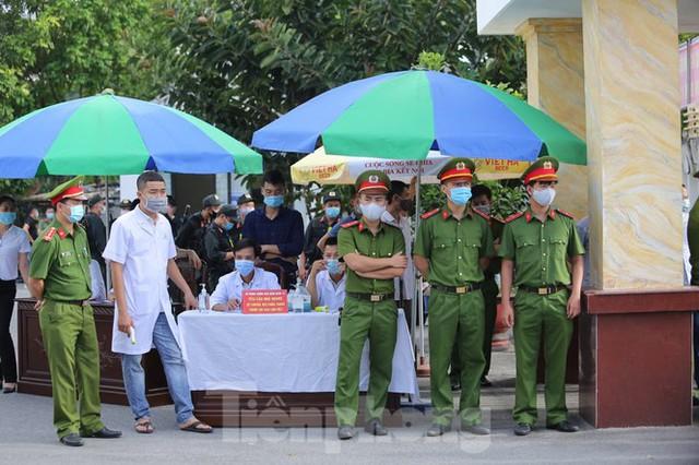 Hàng trăm người đội nắng theo dõi phiên xử vợ chồng Đường 'Nhuệ' - Ảnh 1.