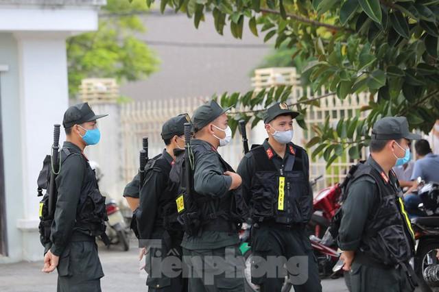 Hàng trăm người đội nắng theo dõi phiên xử vợ chồng Đường 'Nhuệ' - Ảnh 2.